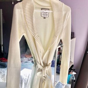 White sweater-like tie cover